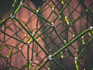 Detailaufnahme von miteinander verbundenen Seilen